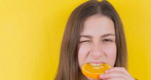 ragazza morde arancia
